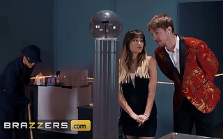 Hottie Babe Kendra Spade Fucks An obstacle Security Guard - Brazzers