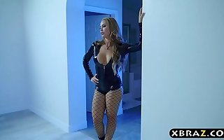 Pornstar milf Nicole Aniston hot have a passion with a stranger